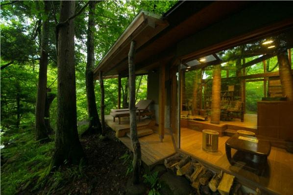 木々に囲まれた読書ルーム